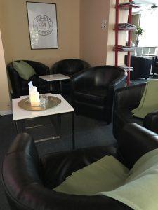 Loungeyta vid frukostmatsalen. Här finns Platt Tv att titta på